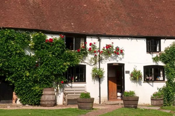 an image of the Three Horseshoes in Elstead, Midhurst West Sussex